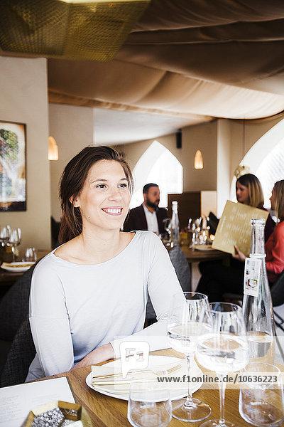 sitzend Frau Fröhlichkeit Restaurant libanesisch Tisch