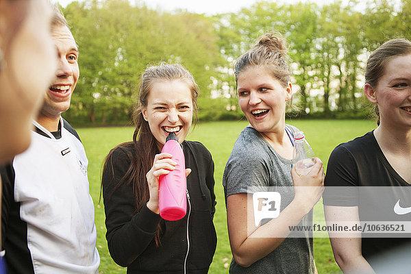 Wasser Fröhlichkeit Freundschaft Feld trinken Wiese