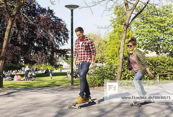 Fröhlichkeit Straße Länge voll Skateboarding