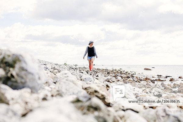 junge Frau junge Frauen Wolke gehen Strand Himmel