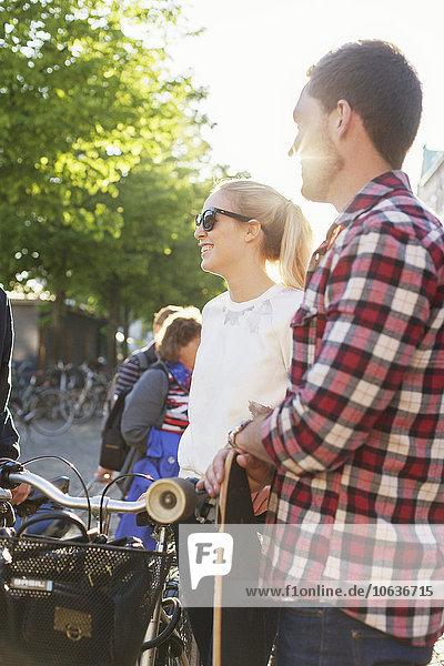 stehend Freundschaft Straße Skateboard Fahrrad Rad