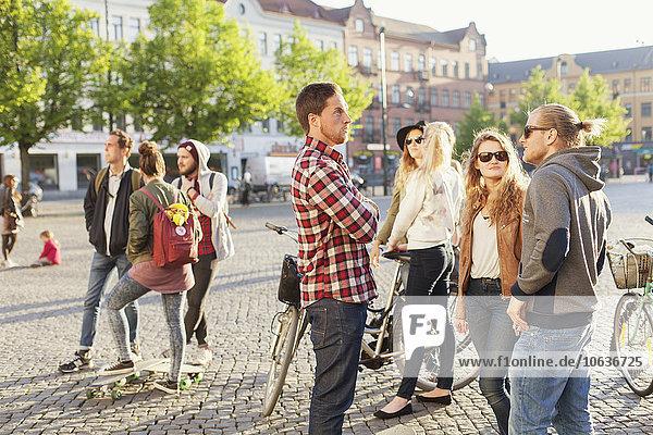 stehend Freundschaft Straße Großstadt Fahrrad Rad Skateboard stehend,Freundschaft,Straße,Großstadt,Fahrrad,Rad,Skateboard