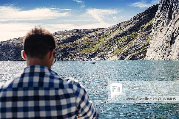 stehend Berg Mann Meer Rückansicht Ansicht