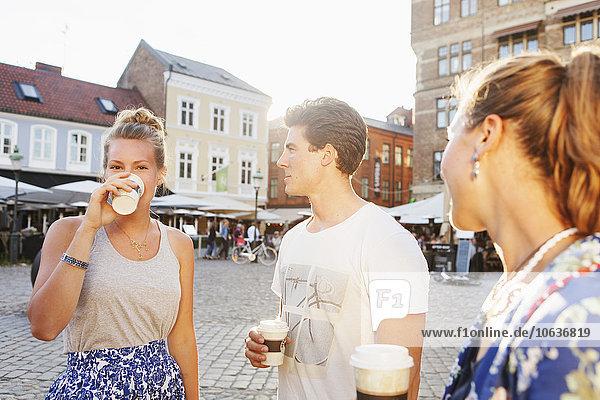 Frau Freundschaft sehen Großstadt trinken Kaffee