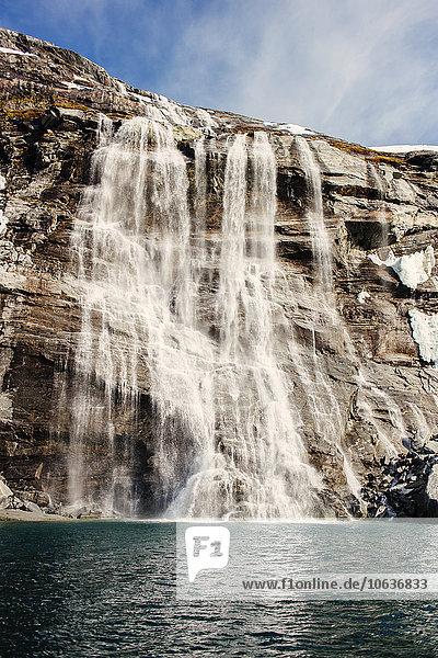 niedrig Berg über Meer Wasserfall Ansicht Flachwinkelansicht Winkel