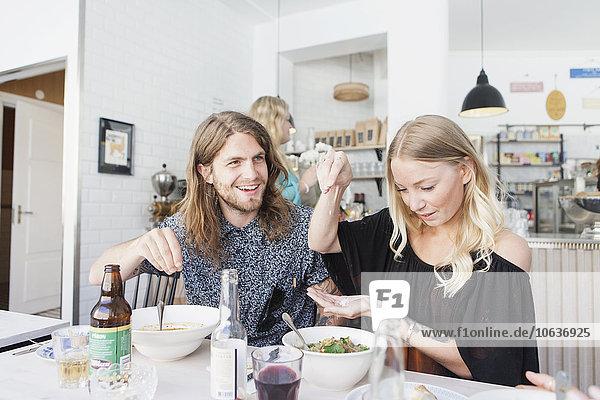 junge Frau junge Frauen Restaurant Frühstück Speisesalz Salz streuen