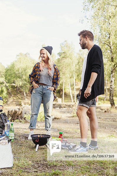 stehend Freundschaft Picknick Wald Grill Grillparty