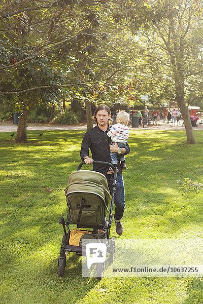 tragen schieben Menschlicher Vater Tochter Transport Baby