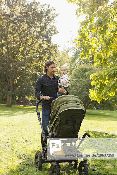 Mann tragen halten Tochter Transport Baby