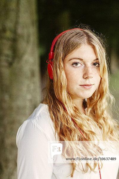 junge Frau junge Frauen Portrait Kopfhörer Kleidung