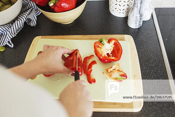 Anschnitt Frau Fotografie Küche rot Peperoni hacken Glocke