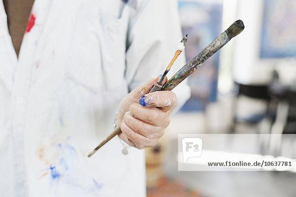 Senior Senioren Pinsel Frau Mittlerer Ausschnitt Messer halten streichen streicht streichend anstreichen anstreichend