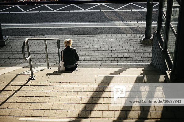 Stufe sitzend Frau Rückansicht Ansicht