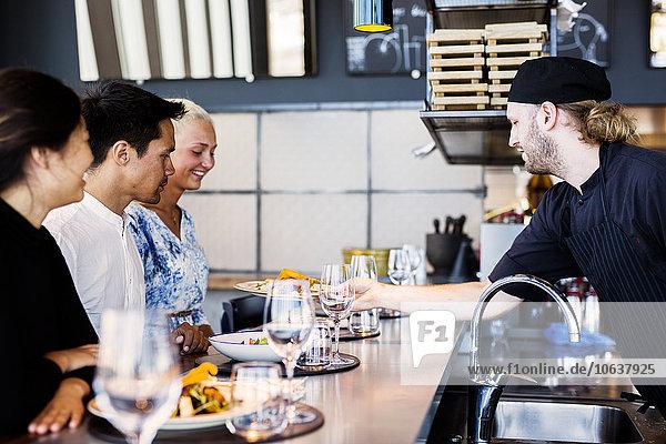 geben Himmel Restaurant Kunde Gericht Mahlzeit Ansicht Seitenansicht Köchin