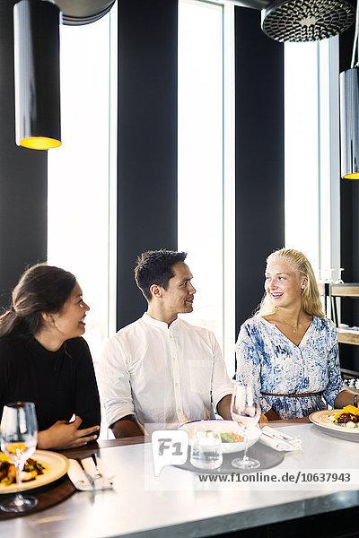 Fröhlichkeit Freundschaft unterhalten Restaurant jung