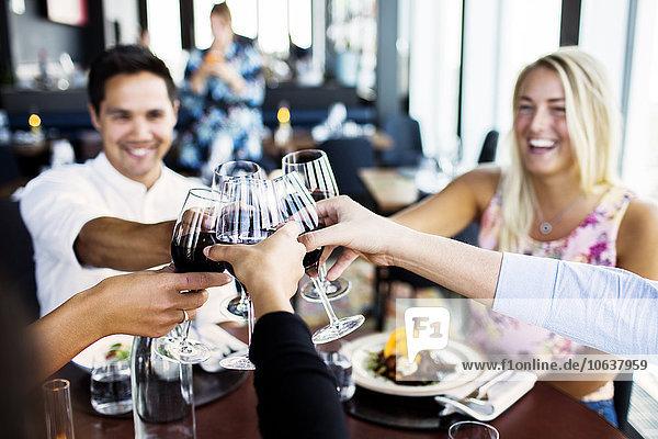 Freundschaft lächeln Restaurant Rotwein