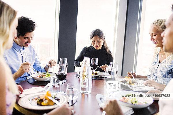 Fröhlichkeit Freundschaft Restaurant Gericht Mahlzeit jung Tisch