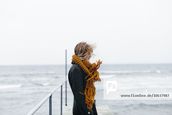 stehend junge Frau junge Frauen über Schal Meer Kai Ansicht Kleidung Seitenansicht