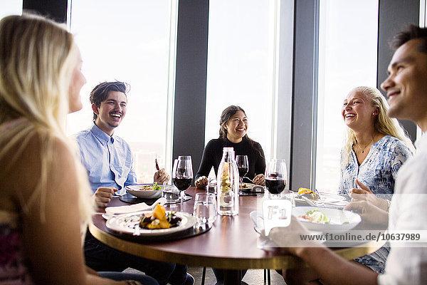 Fröhlichkeit lächeln Himmel Restaurant Gericht Mahlzeit Freund