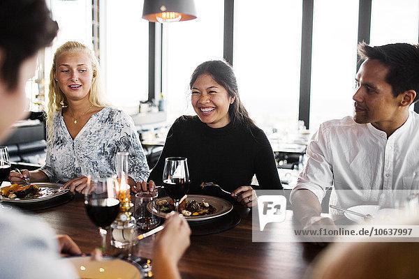 Fröhlichkeit Freundschaft Himmel Restaurant Gericht Mahlzeit Tisch