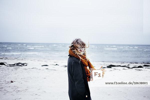 junge Frau junge Frauen Portrait Strand Schal Ansicht Kleidung Seitenansicht