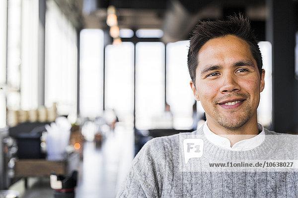 sitzend Mann lächeln Restaurant Close-up jung