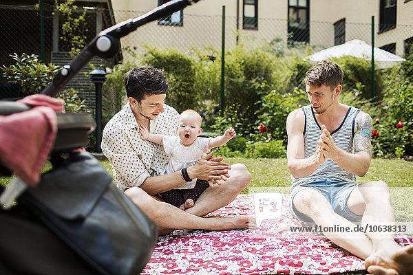 Mann Fröhlichkeit Garten klatschen Mädchen Baby