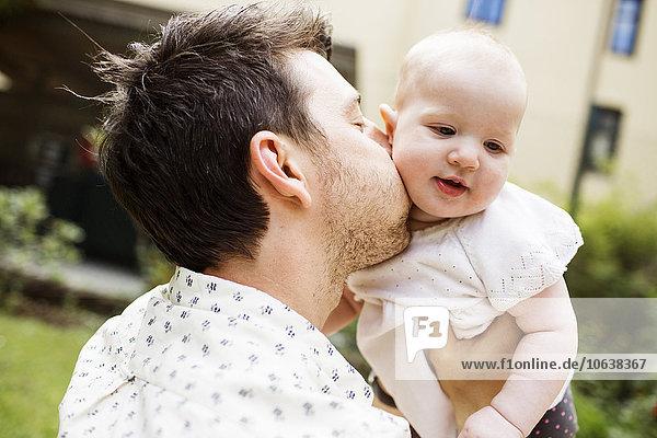 Liebe Menschlicher Vater küssen Garten Ansicht Seitenansicht Mädchen Baby