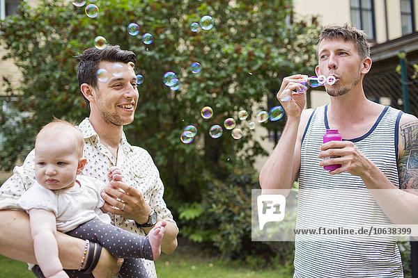 Mann Freundschaft tragen blasen bläst blasend Garten Blase Mädchen Baby