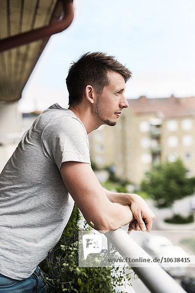 angelehnt Mann Balkon Ansicht Seitenansicht Nachdenklichkeit