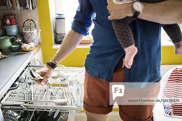 Mann tragen Mittlerer Ausschnitt Küche ausleeren Spülmaschine Mädchen Baby