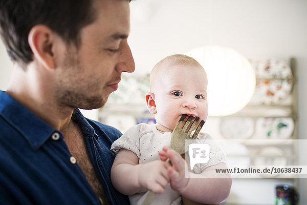 niedlich süß lieb Portrait sehen beißen Menschlicher Vater Küche Mädchen Baby