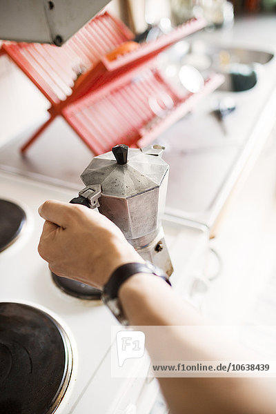 Anschnitt Mann Fotografie Küche halten Kaffee Tresen