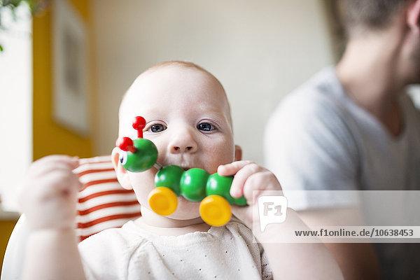 Interior zu Hause niedlich süß lieb Portrait beißen Menschlicher Vater Spielzeug Hintergrund Mädchen Baby