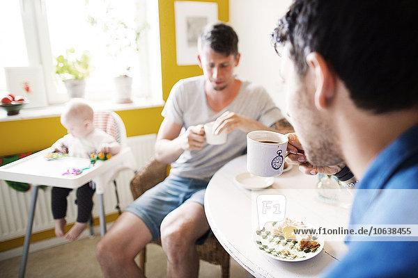 hoch oben Interior zu Hause Mann Stuhl Mädchen Baby Frühstück spielen