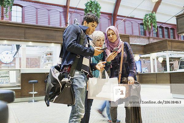 benutzen Freundschaft jung Zug Haltestelle Haltepunkt Station Smartphone