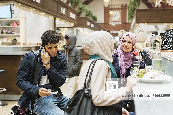 Handy benutzen Mann Freundschaft Lebensmittel Cafe Kurznachricht Zug Haltestelle Haltepunkt Station