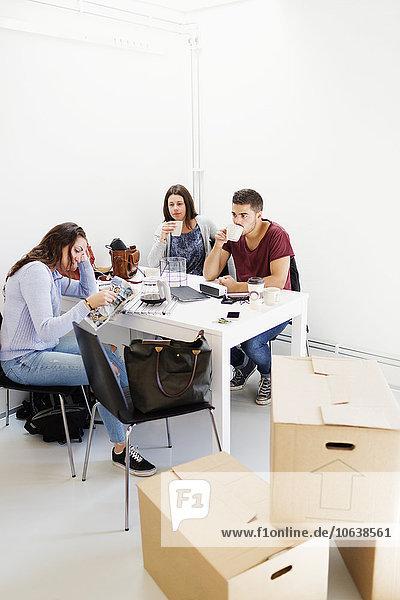 Freundschaft trinken Kaffee Eigentumswohnung Tisch neues Zuhause
