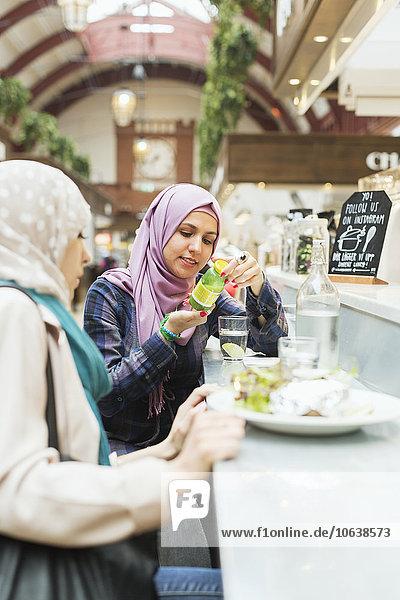 Frau Lebensmittel Cafe Preisschild Zug Flasche Freund vorlesen Haltestelle Haltepunkt Station