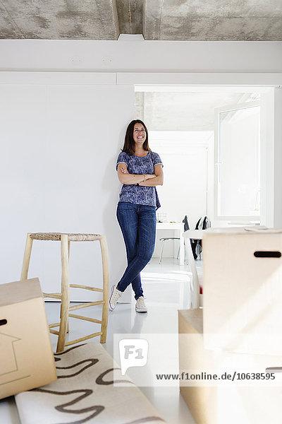 angelehnt überqueren Frau Fröhlichkeit Wand Eigentumswohnung neues Zuhause