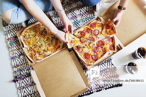 hoch oben Freundschaft Ansicht Flachwinkelansicht Pizza essen essend isst Eigentumswohnung Winkel Cola neues Zuhause hoch,oben,Freundschaft,Ansicht,Flachwinkelansicht,Pizza,essen,essend,isst,Eigentumswohnung,Winkel,Cola,neues Zuhause