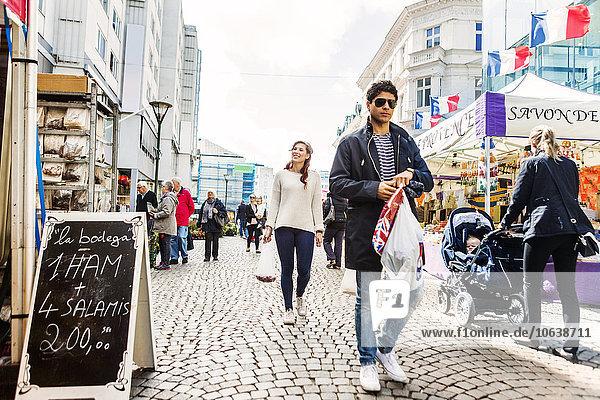 Mann Freundschaft tragen gehen Tasche kaufen Markt