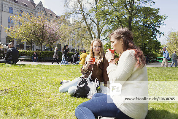 sitzend Frau sehen Feld Kaffee Wiese Freund