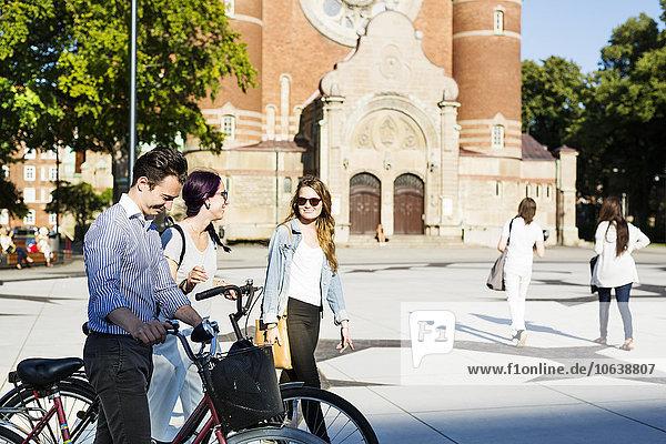Fröhlichkeit Freundschaft gehen Straße Stadt Quadrat Quadrate quadratisch quadratisches quadratischer Fahrrad Rad