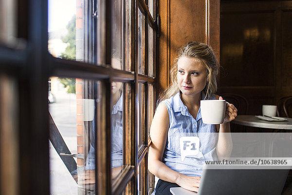 benutzen sehen Notebook Fenster Cafe blättern Nachdenklichkeit Freier Mitarbeiter freelancer benutzen,sehen,Notebook,Fenster,Cafe,blättern,Nachdenklichkeit,Freier Mitarbeiter,freelancer
