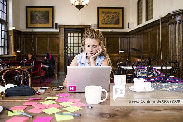 benutzen Notebook Cafe jung Tisch Freier Mitarbeiter freelancer benutzen,Notebook,Cafe,jung,Tisch,Freier Mitarbeiter,freelancer