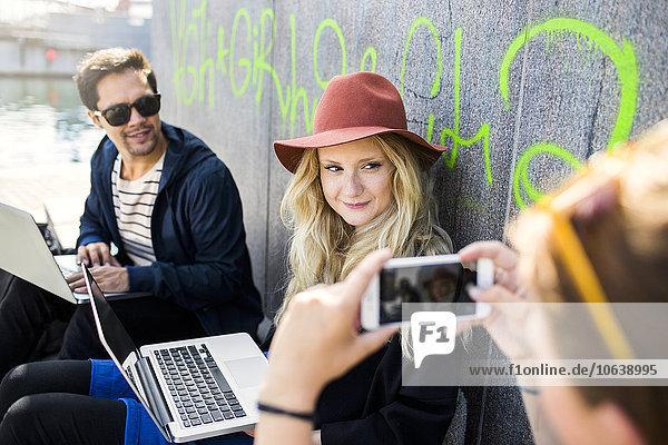 Anschnitt sitzend Frau Fotografie Wand fotografieren