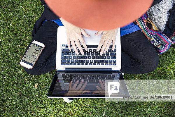 hoch oben benutzen Notebook Ansicht Flachwinkelansicht Winkel Freier Mitarbeiter freelancer hoch,oben,benutzen,Notebook,Ansicht,Flachwinkelansicht,Winkel,Freier Mitarbeiter,freelancer