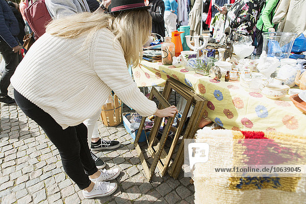 junge Frau junge Frauen Gehhilfe sehen Fotografie Floh Markt junge Frau,junge Frauen,Gehhilfe,sehen,Fotografie,Floh,Markt