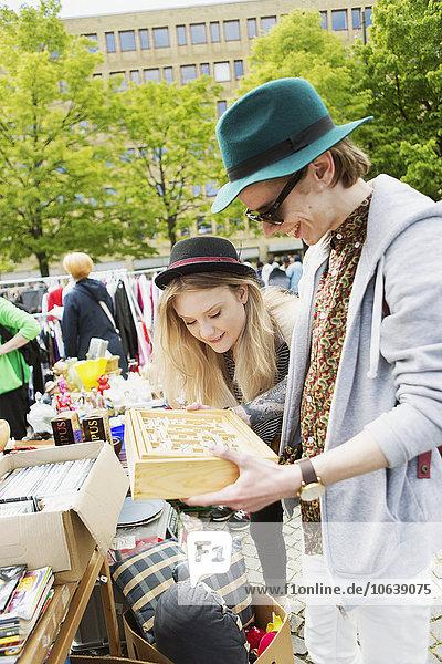 sehen lächeln Floh Markt Mann und Frau